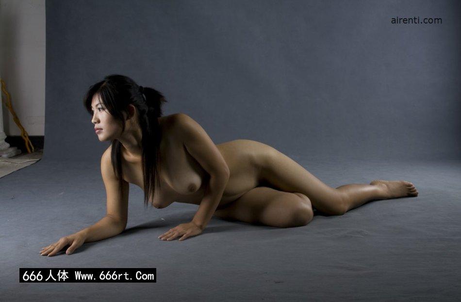 丰润的裸模王曼暗光棚拍
