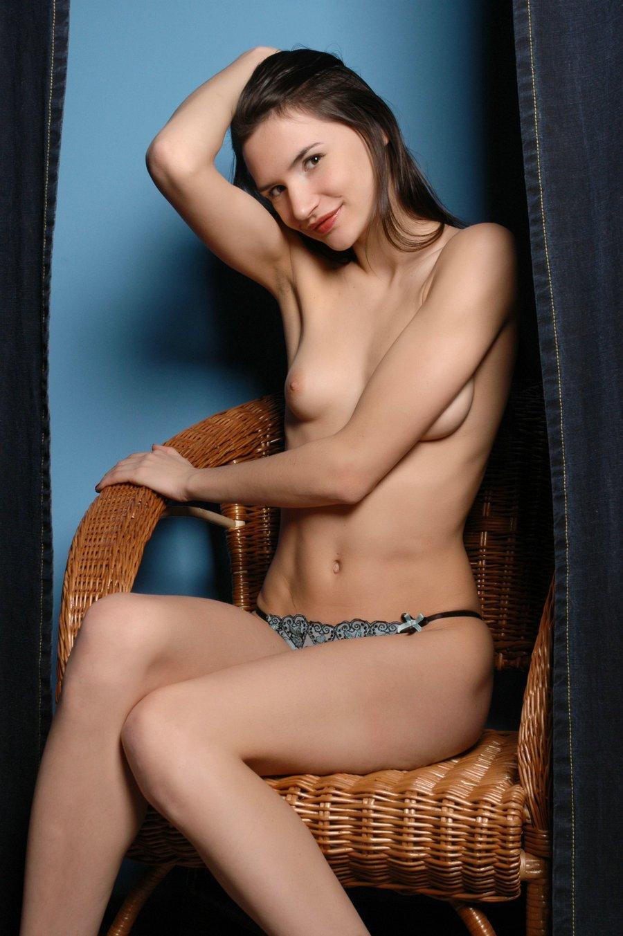 蓝色背景室拍藤椅上的长头发名模_好湿好多水舌头伸进去