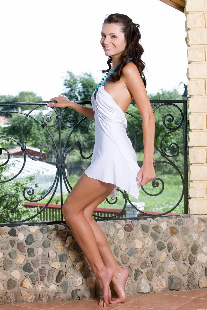 外拍别墅阳台上艳丽俏丽的嫩模