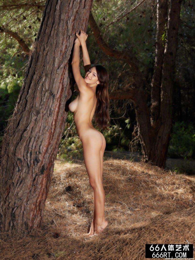 树林外拍珠圆玉润的超模Sofie下