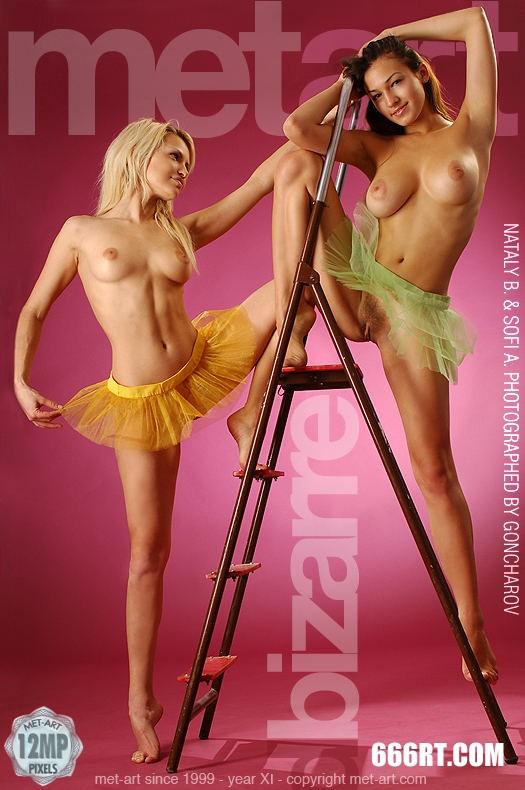 裸模SOFIA和MELANY粉红屋子棚拍-1
