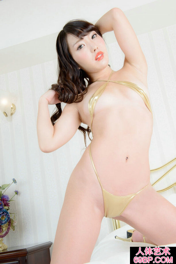 穿金色泳装的坂井伊�居家人体写真