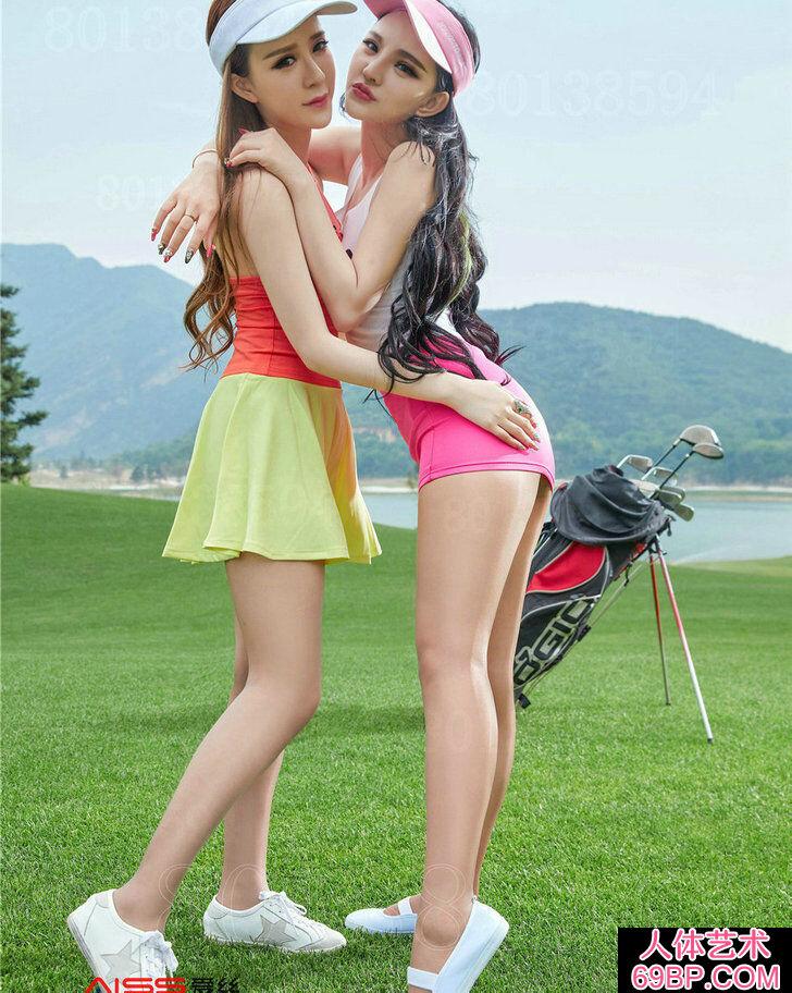 黑丝长腿姐妹穿超短裙打高尔夫高清图