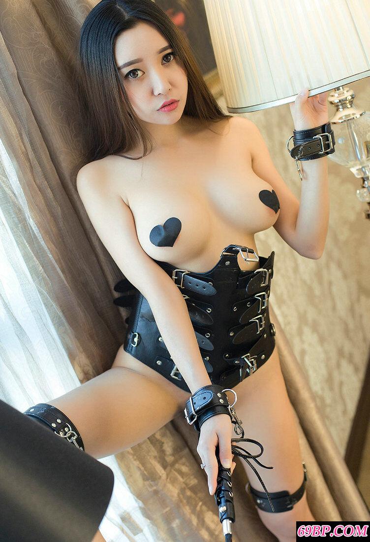穿皮质妩媚泳装的靓妹李梓熙人体写真
