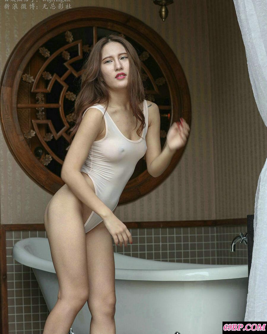 中意混血妹子高叉连体泳装人体摄影