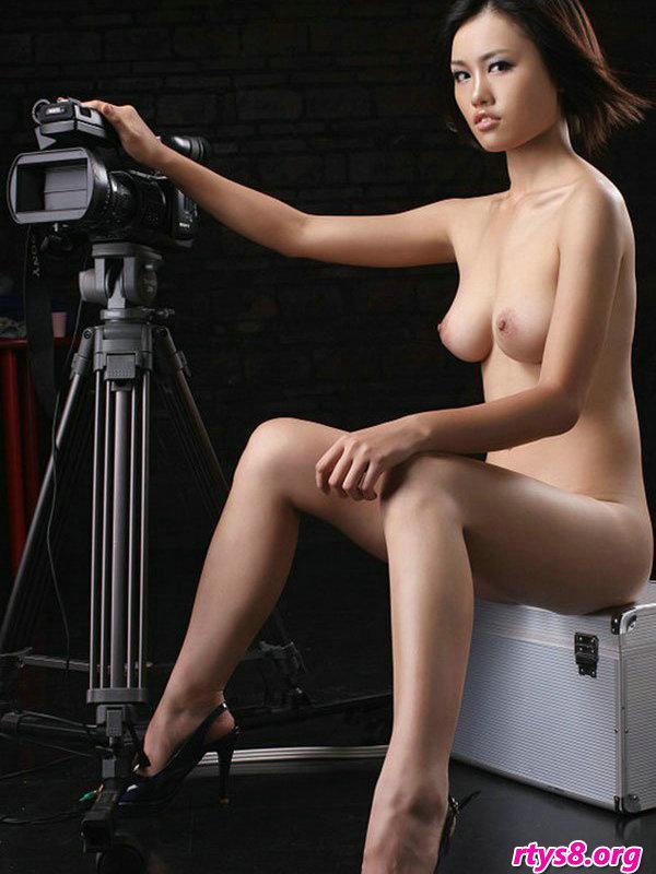 暗影下棚拍摆弄图片机的美丽国模