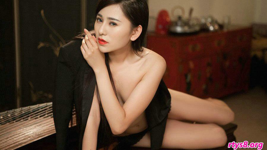 胸部坚挺滑嫩的美娇娘裸模吴沐熙棚拍