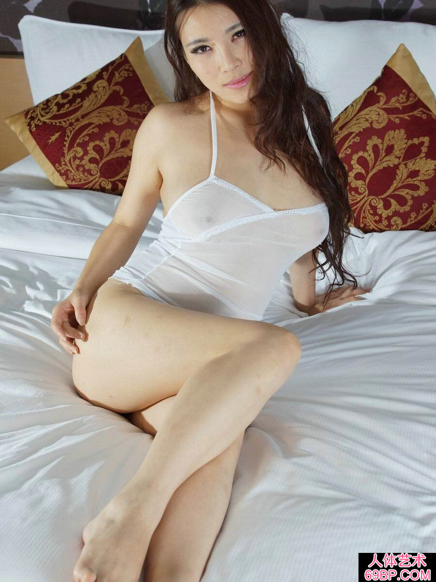 肤白貌美身姿优美的杨依人体写真_www.666