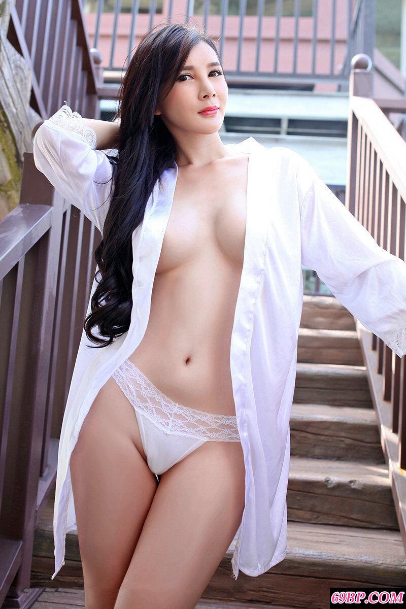 靓女张筱雨穿时尚内裤外拍写照